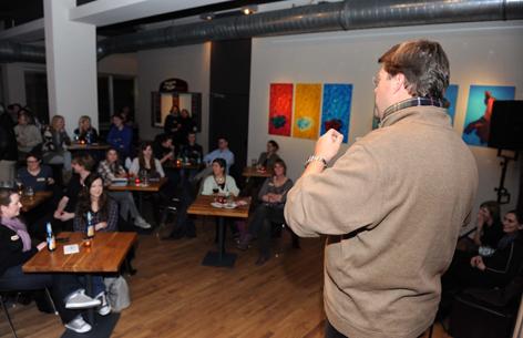 Münchner-Filmwerkstatt-Vorstand Martin Blankemeyer erläutert das Prinzip des Abends.